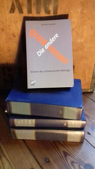 """Buchcover: """"Die andere Querfront"""" auf MEW-Bücherstapel"""